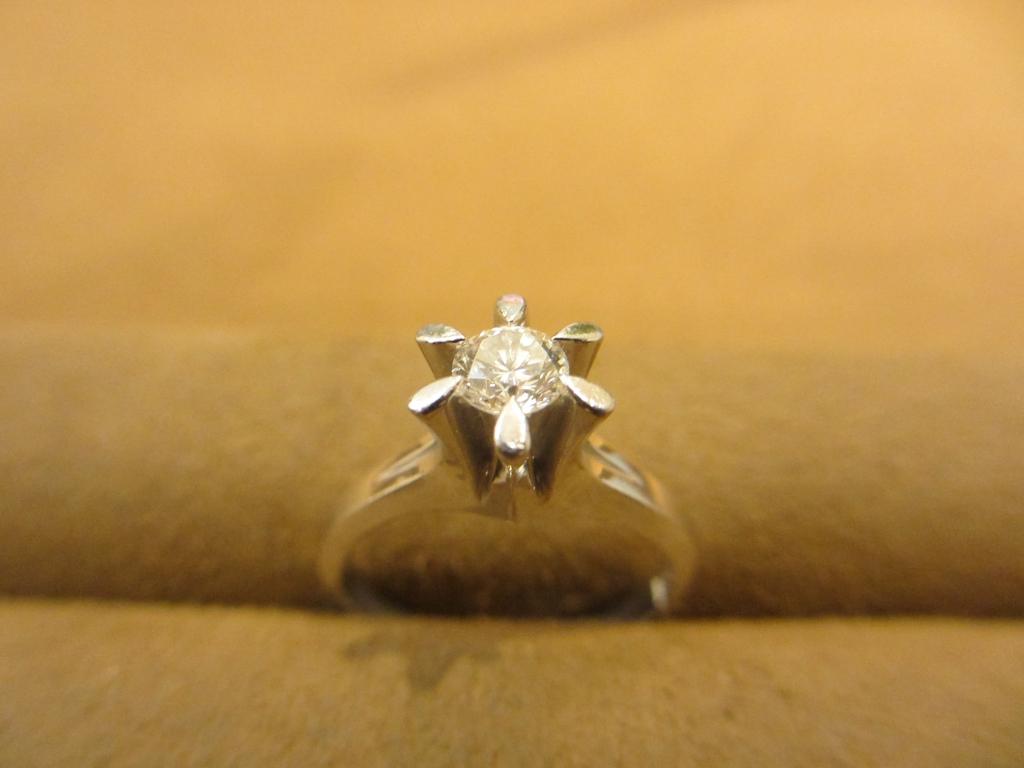 祖母から代々受け継がれている婚約指輪